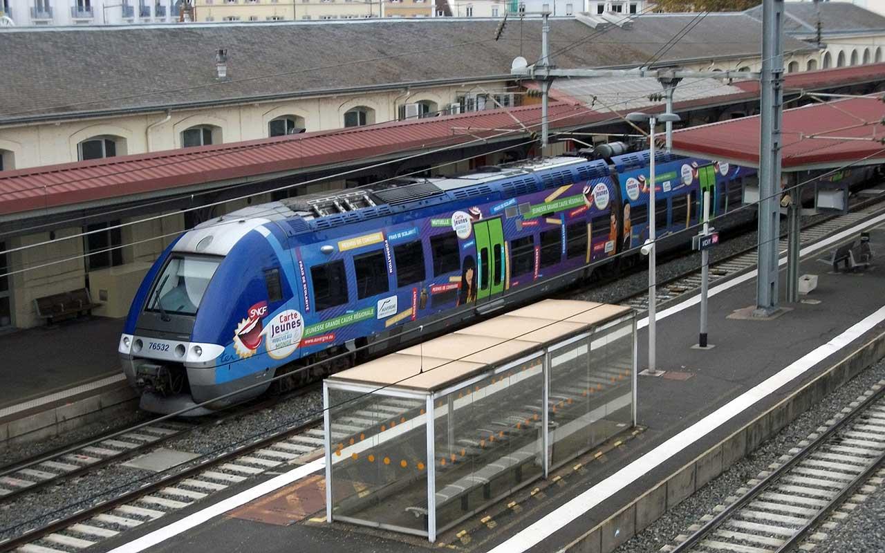 «X 76532 en gare de Vichy 2014-11-08» par Tabl-trai — Travail personnel. Sous licence CC BY-SA 3.0 via Wikimedia Commons - https://commons.wikimedia.org/wiki/File:X_76532_en_gare_de_Vichy_2014-11-08.JPG#/media/File:X_76532_en_gare_de_Vichy_2014-11-08.JPG